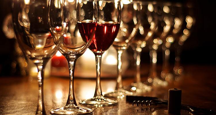 Kako držimo vinsku čašu?